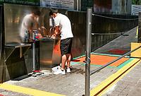 CALI - COLOMBIA, 23-05-2020: Protocolo de ingreso a un centro Comercial en la ciudad de Cali durante el día 56 de la cuarentena total en el territorio colombiano causada por la pandemia  del Coronavirus, COVID-19. / Entry Protocol to a shopping center in Cali City during the day 56 of total quarantine in Colombian territory caused by the Coronavirus pandemic, COVID-19. Photo: VizzorImage / Gabriel Aponte / Staff