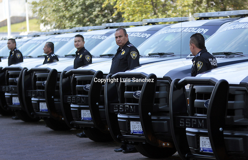 Querétaro, Qro. 1de febrero de 2017.- Se entregó equipamiento a la Secretaría de Seguridad Pública Municipal por parte de el edil Marcos Aguilar, la cual consiste de camionetas pick-up, chalecos, entre otros accesorios. Con el fin de fortalecer la actividad de los policías  en temas de seguridad.
