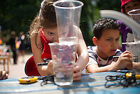 """Berlin, Kinder bauen am Mittwoch (12.06.13) in der Kindertagesstätte (Kita) Reuterstraße bei der frühkindlichen Bildungsinitiative """"Tag der kleinen Forscher"""" der Stiftung """"Haus der kleinen Forscher"""" eine Wasseruhr. Foto: Steffi Loos/CommonLens"""
