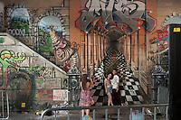 BELO HORIZONTE-MG-15.09.2013-Primeira virada cultural de Belo Horizonte-casal tira fotos em parede grafitada em baixo do viaduto Sta. Teresa- domingo,15-(Foto: Sergio Falci / Brazil Photo Press)