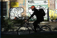 BOGOTÁ - COLOMBIA 22-09- 2015: Un ciclista, hoy durante el tercer Día sin Carro 2015. A biker  today during the third Car Free Day in Bogotá 2015. Photo: VizzorImage / Gabriel Aponte / Staff