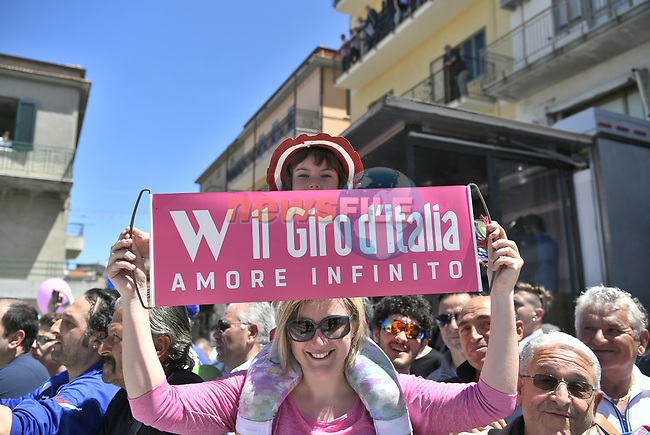 Sign on before the start of Stage 9 of the 100th edition of the Giro d'Italia 2017, running 149km from Montenero di Bisaccia to Blockhaus, Italy. 14th May 2017.<br /> Picture: LaPresse/Fabio Ferrari | Cyclefile<br /> <br /> <br /> All photos usage must carry mandatory copyright credit (&copy; Cyclefile | LaPresse/Fabio Ferrari)