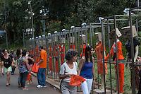 BELO HORIZONTE-MG-15.09.2013-Primeira virada cultural de Belo Horizonte- gari fashion-roupas de material reciclado feitas pelas garis expostas no parque municipal- domingo,15-(Foto: Sergio Falci / Brazil Photo Press)