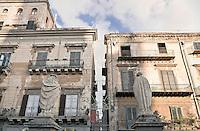Palermo: corso Vittorio Emanuele, le statue della cattedrale davanti alcuni palazzi storici del corso.<br /> Palermo: Vittorio Emanuele road, the statues of the cathedral in front of some historic buildings of the street.