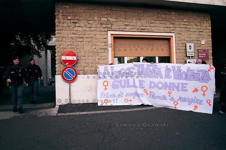 Roma, 3 Febbraio 2011.Piazza Cinecittà.Un gruppo di donne manifesta contro la legge Tarzia sui consultori  in vista della presenza di Olimpia Tarzia nel Municipio X e di fatto impediscono l'intervento pubblico della Consigliera regionale del pdl
