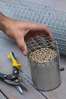 Wildbienen-Nisthilfe mit Bambus, Bambus-Röhrchen, Bambusstäben in einer Konservendose, als Schutz vor Vögeln wird ein Maschendraht, Drahtgitter einige Zentimeter vor den Niströhren angebracht, Vogelschutz-Gitter, Röhrchen, Niströhrchen, Niströhren aus Wildbienen-Nisthilfen, Wildbienen-Nisthilfe selbermachen, selber machen, Wildbienenhotel, Insektenhotel, Wildbienen-Hotel, Insekten-Hotel