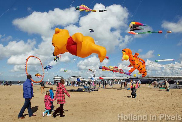 Gezin bekijkt het Vliegerfestival in Scheveningen