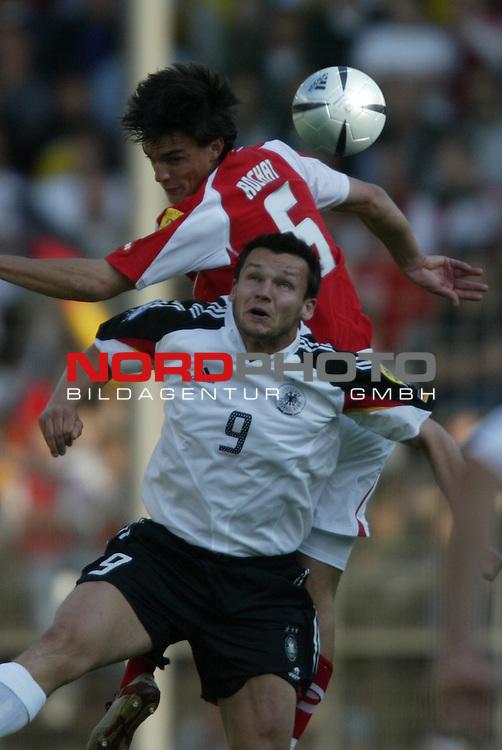 U21 - EM 2004 - Gruppe B<br /> Deutschland vs. Schweiz 2:1<br /> Benjamin Auer (vorne) von Deutschland im Kopfball Duell mit<br /> Alan Rochat (hinten) von der Schweiz.<br /> Foto &copy; nordphoto - Ruediger Lampe<br /> <br />  *** Local Caption *** Foto ist honorarpflichtig! zzgl. gesetzl. MwSt.<br />  Belegexemplar erforderlich<br /> Adresse: nordphoto<br /> Georg-Reinke-Strasse 1<br /> 49377 Vechta