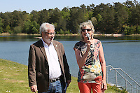 Bürgermeister Heinz-Peter Becker und Ilona Knodt (Interessengemeinschaft zur Rettung des Badesee Walldorf) bei der Eröffnung der Badesaison am Badesee Walldorf