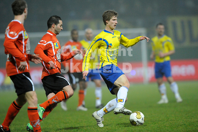 LEEUWARDEN - Voetbal, SC Cambuur - FC Volendam, Cambuur stadion, seizoen 2011-2012, 02-03-2012  Cambuur speler Wout Droste rukt op.