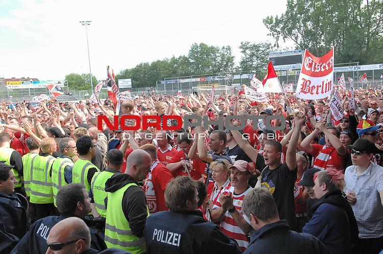 3. FBL 2008/2009 29. Spieltag RŁckrunde BSV Kickers Emden vs. Union Berlin , die Fans von Union Berlin feiern der Aufstieg ihrer Mannschaft , Foto © nph (nordphoto)