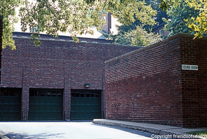Clarence S. Stein/Henry Wright: Chatham Village, Pittsburgh. Parking garages on perimeter road. Photo '01.