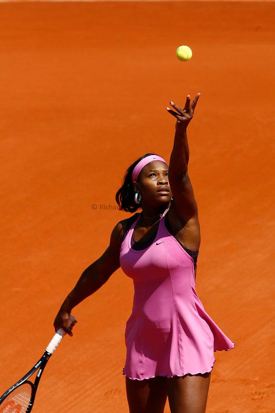 Photo: Iconsport/Richard Lane Photography..French Open, Roland Garros 2007. 31/05/2007..Serena Williams serves.
