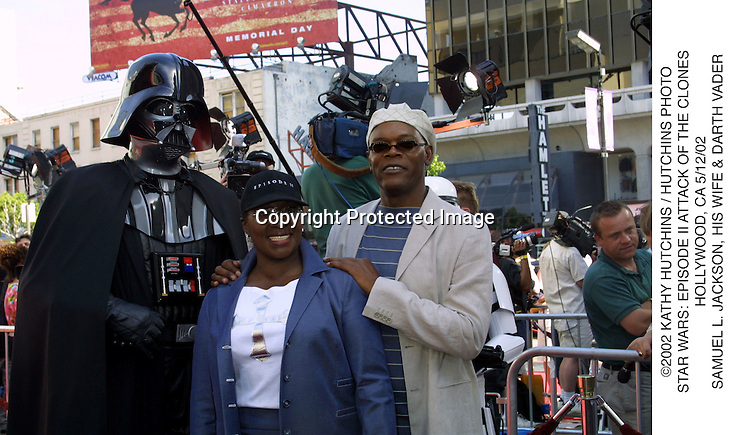 ©2002 KATHY HUTCHINS / HUTCHINS PHOTO.STAR WARS: EPISODE II ATTACK OF THE CLONES.HOLLYWOOD, CA 5/12/02.SAMUEL L. JACKSON, HIS WIFE & DARTH VADER