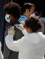 320 immigrati sono sbarcati nel porto di nave dalla nave Scirocco <br /> nella foto immigrati in attesa delle visite mediche