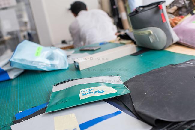 Das Berliner Start-up &quot;mimycri&quot; produziert Taschen aus den Gummiplanen gestrandeter Fluechtlingsboote.<br /> Statt Griechenlands Straende im Muell der gestrandeten Fluechtlingsboote ersticken zu lassen, stellt das Berliner Unternehmen &quot;mimycri&quot; daraus Taschen und Rucksaecke her und bietet Fluechtlingen eine Chance auf Normalitaet und Regelmaessigkeit.<br /> Im Bild: Eine Tasche mit Arbeitsmaterial.<br /> 8.8.2017, Berlin<br /> Copyright: Christian-Ditsch.de<br /> [Inhaltsveraendernde Manipulation des Fotos nur nach ausdruecklicher Genehmigung des Fotografen. Vereinbarungen ueber Abtretung von Persoenlichkeitsrechten/Model Release der abgebildeten Person/Personen liegen nicht vor. NO MODEL RELEASE! Nur fuer Redaktionelle Zwecke. Don't publish without copyright Christian-Ditsch.de, Veroeffentlichung nur mit Fotografennennung, sowie gegen Honorar, MwSt. und Beleg. Konto: I N G - D i B a, IBAN DE58500105175400192269, BIC INGDDEFFXXX, Kontakt: post@christian-ditsch.de<br /> Bei der Bearbeitung der Dateiinformationen darf die Urheberkennzeichnung in den EXIF- und  IPTC-Daten nicht entfernt werden, diese sind in digitalen Medien nach &sect;95c UrhG rechtlich geschuetzt. Der Urhebervermerk wird gemaess &sect;13 UrhG verlangt.]