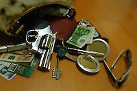 Violenza sulle donne. Pistola nella borsetta di una donna per autodifesa..Violence against women. Gun in the handbag of a woman for self-defense....