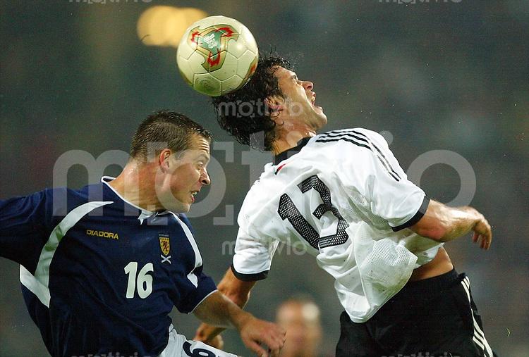 Fussball - International: EM-Qualifikation in Dortmund  Deutschland - Schottland 2:1             Michael BALLACK (re, GER) siegt im Kopfballduell mit Gavin RAE (li, SCO)