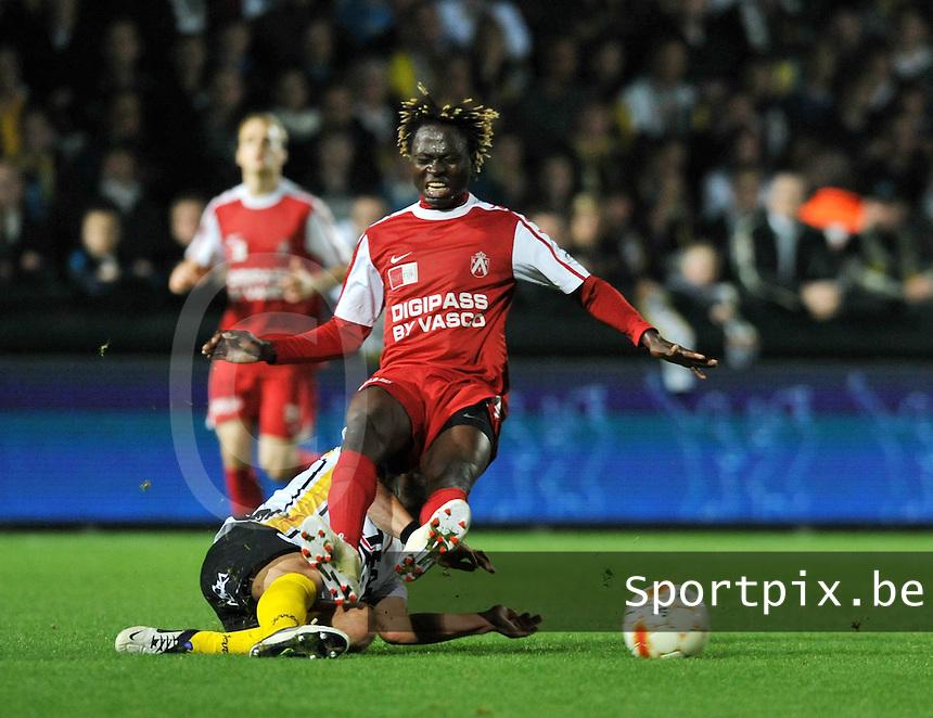 Sporting Lokeren - KV Kortrijk : Ernest Nfor onderuit gehaald door Jeremy Taravel.foto VDB / BART VANDENBROUCKE