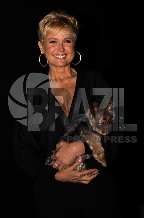 SÃO PAULO,SP, 28.10.2016 - SPFW-MOVIMENTAÇÃO - A apresentadora Xuxa Meneghel <br /> comparece ao desfile da grife coca-Cola Jeans durante a São Paulo Fashion Week N42 <br /> no Parque do Ibirapuera na região sul de São Paulo nesta sexta-feira-feira, 28. <br /> <br /> (Foto: Fabricio Bomjardim/Brazil Photo Press)