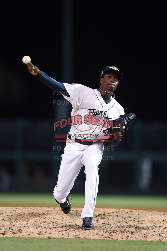 Lakeland Flying Tigers pitcher Confesor Lara (45) delivers a pitch during a game against the Tampa Yankees on April 9, 2015 at Joker Marchant Stadium in Lakeland, Florida.  Tampa defeated Lakeland 2-0.  (Mike Janes/Four Seam Images)