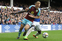 Scott Arfield of Burnley and Cuco Martina of Everton during the Premier League match between Everton and Burnley at Goodison Park on October 1st 2017 in Liverpool, England. <br /> Calcio Everton - Burnley Premier League <br /> Foto Phcimages/Panoramic/insidefoto