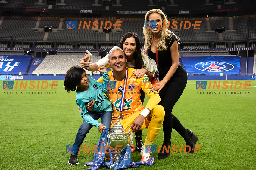 Keylor Navas ( 1 - PSG ) e famiglia posato con coppa <br /> Paris 24/07/2020 Stade de France <br /> Calcio Finale Coppa di Francia <br /> Paris Saint Germain vs Saint Etienne <br /> Photo Federico Pestellini/Panoramic/insidefoto <br /> ITALY ONLY