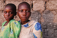 TANZANIA Shinyanga, children of farmer of organic cotton project biore of swiss yarn trader Remei AG in Meatu district  / TANSANIA, Kinder eines Farmer des biore Biobaumwolle Projekt der Schweizer Remei AG in Meatu