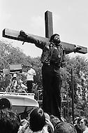 Washington, DC. &ndash; May 9, 1970 <br /> A man straps himself to a large crucifix at the demonstration representing the martyrdom of American youth.<br /> Washington, DC.  9 mai 1970.<br /> 100.000 &eacute;tudiants envahissent Washington et protestent devant la Maison Blanche contre les violences et la tuerie qui s&rsquo;est d&eacute;roul&eacute; dans l&rsquo;Universit&eacute; de Kent. Un homme s&rsquo;enchaine symboliquement &agrave; une croix toute la journ&eacute;e pour montrer la souffrance de la g&eacute;n&eacute;ration sacrifi&eacute;e qui doit aller se battre au Vietnam.