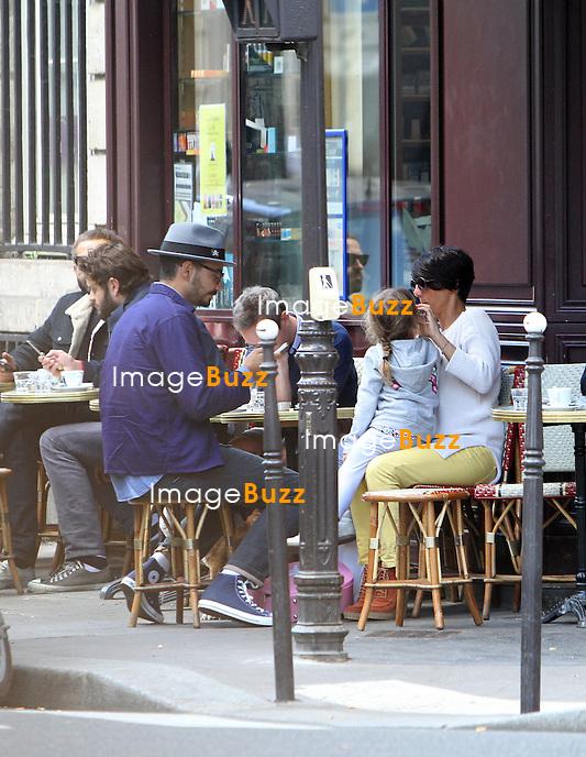 PHOTOS EXCLUSIVES - Florence Foresti sa fille son ex et son papa  passent un moment ensemble, à la terrasse d'un bistrot parisien..Paris, 29 septembre,  2012.