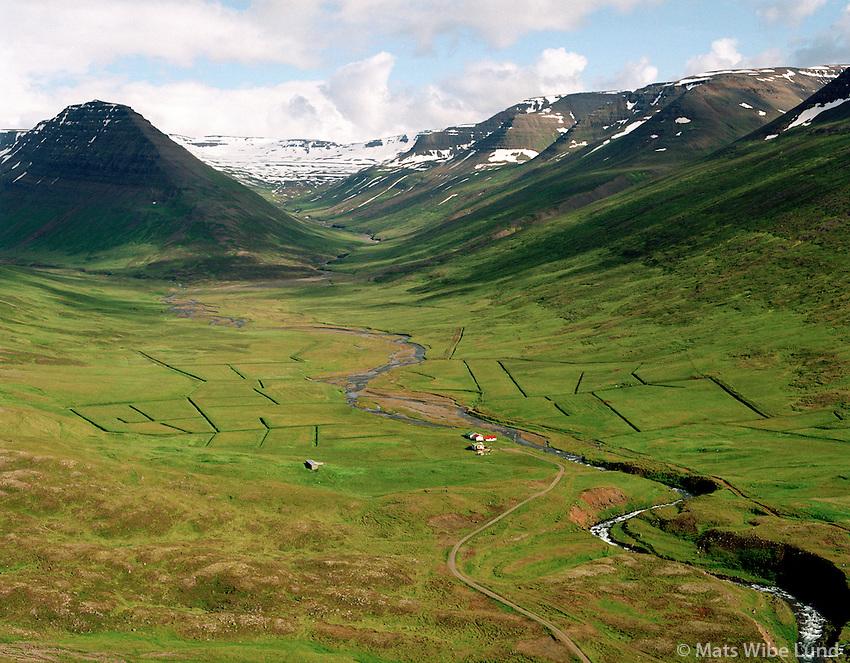 Kambur og Stafn eyðibýli séð til austurs, Hofshreppur   /   Kambur and Stafn deserted farms, viewing east, Hofshreppur.  -  New name of the county since June 1998:  Sveitarfélagið Skagafjörður  /  Sveitarfelagid Skagafjordur.