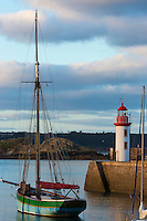 France, Côtes d'Armor (22),Côte d'Emeraude, Erquy, vieux gréement Sainte-Jeanne et le phare sur le port // France, Cotes d'Armor,  Emeraude coast , Erquy,  old rigging  and  lighthouse on port