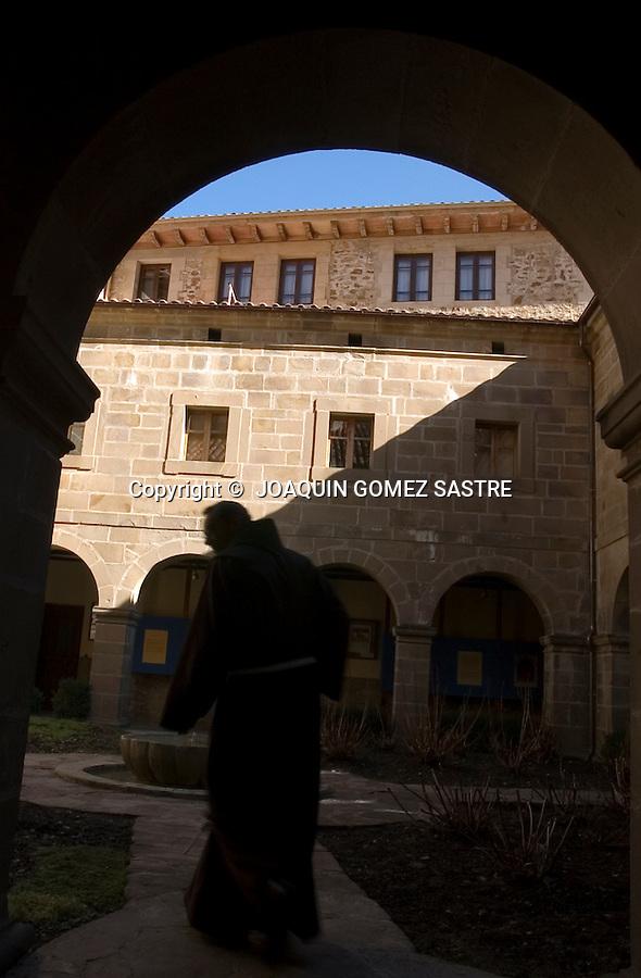 SANTO TORIBIO DE LIEBANA-POTES.Claustro del Monasterio de Santo Toribio de Liebana,muy cerca de Potes,lugar donde se encuentra el LIGNUM CRUCIS,y donde finaliza la perigranacion en el año Jubilar,que es cada 4 años .foto JOAQUIN GOMEZ SASTRE