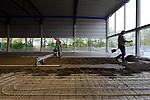 VIANEN - Medewerkers van Nicky Huisman Vloeren leggen met een mechanische vloerenrei een zandcement dekvloer aan in het nieuwe, door Vaessen te bouwen sportcentrum Helsdingen. Het door Slangen + Koenis Architecten ontworpen gebouw, gaat ruimte aan diverse sporthallen, kleedkamers, een kantine en een zwembad dat niet uitgegraven, maar op het maaiveld gelegd wordt. Vanwege de strengere arbo-regels is het mechanisch vloerleggen vanaf 1 januari 2015 één van de methodes die nog door de inspectie SZW wordt toegestaan om zandcement vloeren te maken. Gekoppelde geleide platen en een bedieningsunit voor de juiste verwerkingssnelheid, moeten het zittend gebukt werken overbodig maken. COPYRIGHT TON BORSBOOM