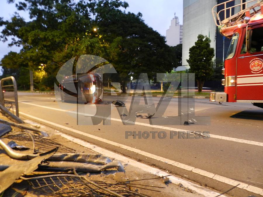 ATENÇÃO EDITOR: FOTO EMBARGADA PARA VEÍCULOS INTERNACIONAIS. - SÃO PAULO - SP -  24 DE DEZEMBRO 2012. CAPOTAMENTO, na Av Paulo VI, continuação da Av Sumaré, próximo a Rua Capote Valente, o motorista evadiu-se do local. FOTO: MAURICIO CAMARGO / BRAZIL PHOTO PRESS.