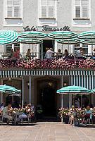 Oesterreich, Salzburger Land, Stadt Salzburg: Cafe Tomaselli, gegruendet 1705, ist das aelteste Original Wiener Cafehaus Oesterreichs, mitten in der historischen Salzburger Altstadt am Alten Markt | Austria, Salzburger Land, Salzburg: Cafe Tomaselli, founded 1705, Austria's oldest original Vienna Cafe House in the historic centre of Salzburg at Alten Markt