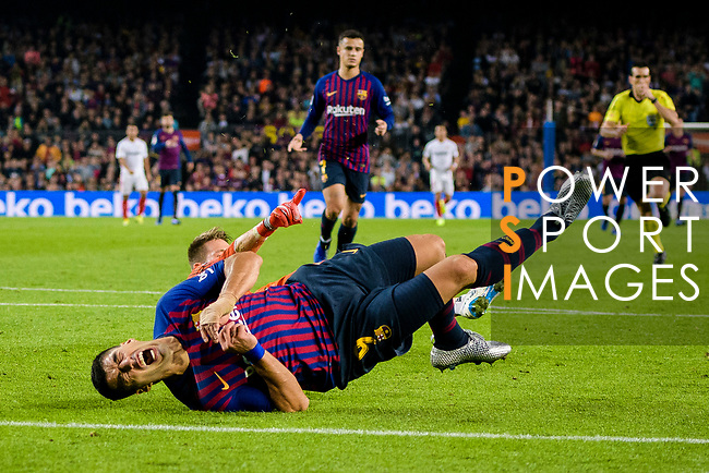 Luis Suarez of FC Barcelona (R) fights for the ball with Goalkeeper Tomas Vaclik of Sevilla FC (L) during the La Liga 2018-19 match between FC Barcelona and Sevilla FC at Camp Nou Stadium on October 20 2018 in Barcelona, Spain. Photo by Vicens Gimenez / Power Sport Images