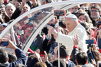 Papa Francesco saluta i fedeli al suo arrivo all'udienza generale del mercoledi' in Piazza San Pietro, Citta' del Vaticano, 8 aprile 2015.<br /> Pope Francis waves to faithful as he arrives for his weekly general audience in St. Peter's Square at the Vatican, 8 April 2015.<br /> UPDATE IMAGES PRESS/Riccardo De Luca<br /> <br /> STRICTLY ONLY FOR EDITORIAL USE