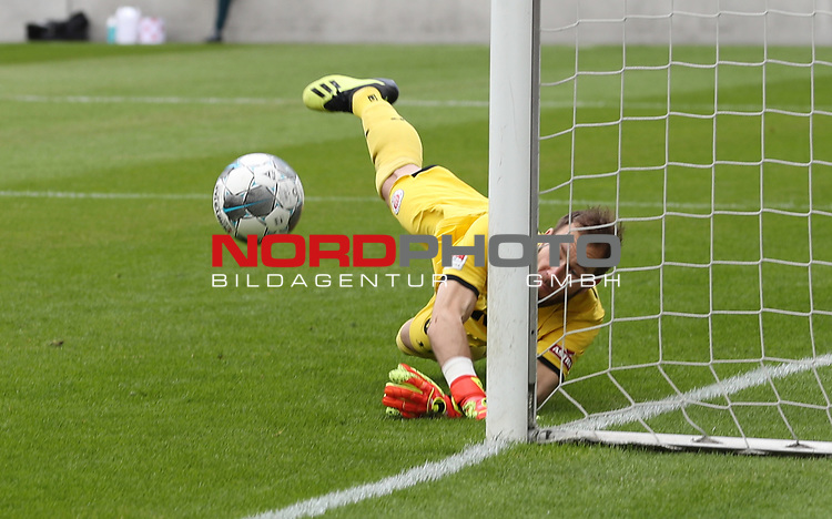 nph0001:  17.05.2020 --- Fussball --- Saison 2019 2020 --- 2. Fussball - Bundesliga --- 26. Spieltag: FC Sankt Pauli - 1. FC Nürnberg ---   DFL regulations prohibit any use of photographs as image sequences and/or quasi-video - Only for editorial use ! --- <br /> <br /> Robin Himmelmann (30, FC St. Pauli ) hält Ball <br /> <br /> Foto: Daniel Marr/Zink/Pool//via Kokenge/nordphoto