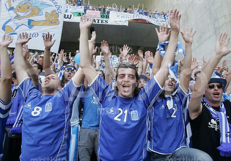 Fussball INTERNATIONAL EURO 2004 in Port im Stadion Bessa Griechenland 1-1 Spanien JUBEL griechische Fans;