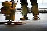 VIANEN - Een medewerker van Nicky Huisman Vloeren vlindert op traditionele wijze een zojuist met een mechanische vloerenrei aangelegd zandcement dekvloer aan in het nieuwe, door Vaessen te bouwen sportcentrum Helsdingen. Het door Slangen + Koenis Architecten ontworpen gebouw, gaat ruimte aan diverse sporthallen, kleedkamers, een kantine en een zwembad dat niet uitgegraven, maar op het maaiveld gelegd wordt. Vanwege de strengere arbo-regels is het mechanisch vloerleggen vanaf 1 januari 2015 één van de methodes die nog door de inspectie SZW wordt toegestaan om zandcement vloeren te maken. Gekoppelde geleide platen en een bedieningsunit voor de juiste verwerkingssnelheid, moeten het zittend gebukt werken overbodig maken. COPYRIGHT TON BORSBOOM
