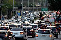 SÃO PAULO, SP, 22.08.2014 – TRÂNSITO EM SÃO PAULO: Trânsito na Av. 23 de Maio, próximo ao Parque do Ibirapuera, zona sul de São Paulo na tarde desta sexta feira. (Foto: Levi Bianco / Brazil Photo Press).