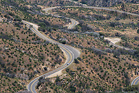 Eine gewundenen Strasse durch den Sequoia National Park im US-Bundesstaat Kalifornien.<br /> 6.6.2017, Sequoia National Park<br /> Copyright: Christian-Ditsch.de<br /> [Inhaltsveraendernde Manipulation des Fotos nur nach ausdruecklicher Genehmigung des Fotografen. Vereinbarungen ueber Abtretung von Persoenlichkeitsrechten/Model Release der abgebildeten Person/Personen liegen nicht vor. NO MODEL RELEASE! Nur fuer Redaktionelle Zwecke. Don't publish without copyright Christian-Ditsch.de, Veroeffentlichung nur mit Fotografennennung, sowie gegen Honorar, MwSt. und Beleg. Konto: I N G - D i B a, IBAN DE58500105175400192269, BIC INGDDEFFXXX, Kontakt: post@christian-ditsch.de<br /> Bei der Bearbeitung der Dateiinformationen darf die Urheberkennzeichnung in den EXIF- und  IPTC-Daten nicht entfernt werden, diese sind in digitalen Medien nach §95c UrhG rechtlich geschuetzt. Der Urhebervermerk wird gemaess §13 UrhG verlangt.]