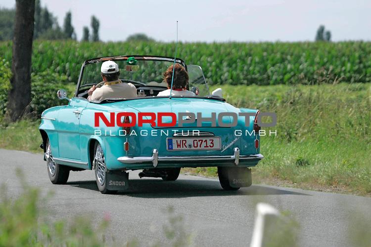Von der ADAC - Niedersachsen- Classic 2007. Hier Skoda Felicia - Roadster Bj. 1962 - auf der L444 zwischen Bad Nenndorf/Reinsen und Stadthagen am 21.07.2007. Foto: Fritz Rust v. Graevemeyer Weg 38A 30539 Hannover.PostBk. Han.35420-306.Tel.0511/527945. FA.Han-Mitte24/307/04307.