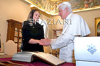 Pope Benedict XVI (R) and Ukrainian Prime Minister Yulia Tymoshenko exchange gifts during a private audience on October 16, 2009 at The Vatican.
