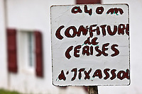 Europe/France/Aquitaine/64/Pyrénées-Atlantiques/Pays-Basque/Itxassou: Panneau signalant la vente à la ferme de la Confiture de Cerises d' Itxassou
