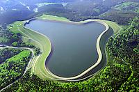 Speicherbecken Goldisthal : EUROPA, DEUTSCHLAND, THUERINGEN (EUROPE, GERMANY), 14.05.2012:. Im oestlichen Thueringer Wald bei Goldisthal entstand bis 2003 Europas groesstes Pumpspeicherkraftwerk mit einer Leistung von 1060 Megawatt. Es wurde vom Energiekonzern Vattenfall Europe gebaut. Im Oberbecken koennen rund 12 Mio Kubikmeter Wasser eingespeichert werden. Mit einer Leistung von 1.060 Megawatt kann dann bei erhoetem Energiebedarf in Spitzenzeiten, Elektroenergie ueber 8 Stunden ins Stromnetz eingespeist werden. Voith Siemens Hydro Power Generation ist ein Konzernbereich von Voith und gehoert mit 2.600 Mitarbeitern und einem Umsatz von ca. 600 Mio. EUR im Geschaeftsjahr 2005 zu den weltweit fuehrenden Anbietern im Bereich der Wasserkraft. Das 1867 gegruendete Unternehmen ist heute mit 30.000 Mitarbeitern, 3,5 Mrd. EUR Umsatz und weltweit ueber 200 Standorten eines der grossen Familienunternehmen Europas.