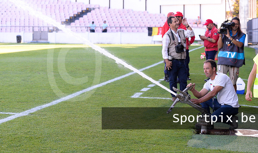 20171024 - PENAFIEL , PORTUGAL :  illustration picture shows the watering of the pitch before a women's soccer game between Portugal and the Belgian Red Flames , on tuesday 24 October 2017 at Estádio Municipal 25 de Abril in Penafiel. This is the third game for the  Red Flames during the Worldcup 2019 France qualification in group 6. PHOTO SPORTPIX.BE | DAVID CATRY