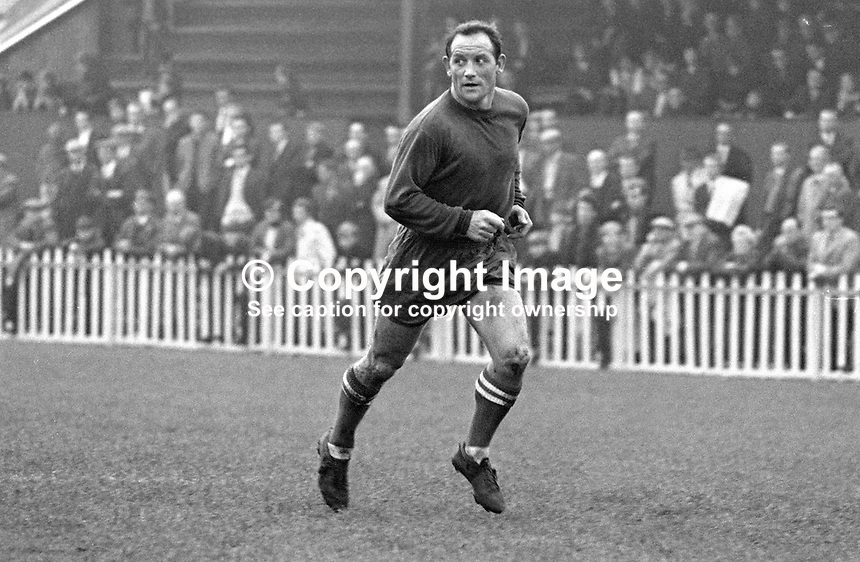 Wilbur Cush, footballer, Glenavon FC, Lurgan, N Ireland, UK, 196811000169..Copyright Image from Victor Patterson, 54 Dorchester Park, Belfast, UK, BT9 6RJ..Tel: +44 28 9066 1296.Mob: +44 7802 353836.Voicemail +44 20 8816 7153.Skype: victorpattersonbelfast.Email: victorpatterson@me.com.Email: victorpatterson@ireland.com (back-up)..IMPORTANT: If you wish to use this image or any other of my images please go to www.victorpatterson.com and click on the Terms & Conditions. Then contact me by email or phone with the reference number(s) of the image(s) concerned.