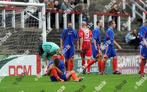11-10-30 / Voetbal / seizoen 2011-2012 / Lyra - Tempo Overijse / Laurens Melotte (met t-shirt voor het gezicht) beging handspel in het strafschopgebied en kreeg rood. ..Foto: Mpics